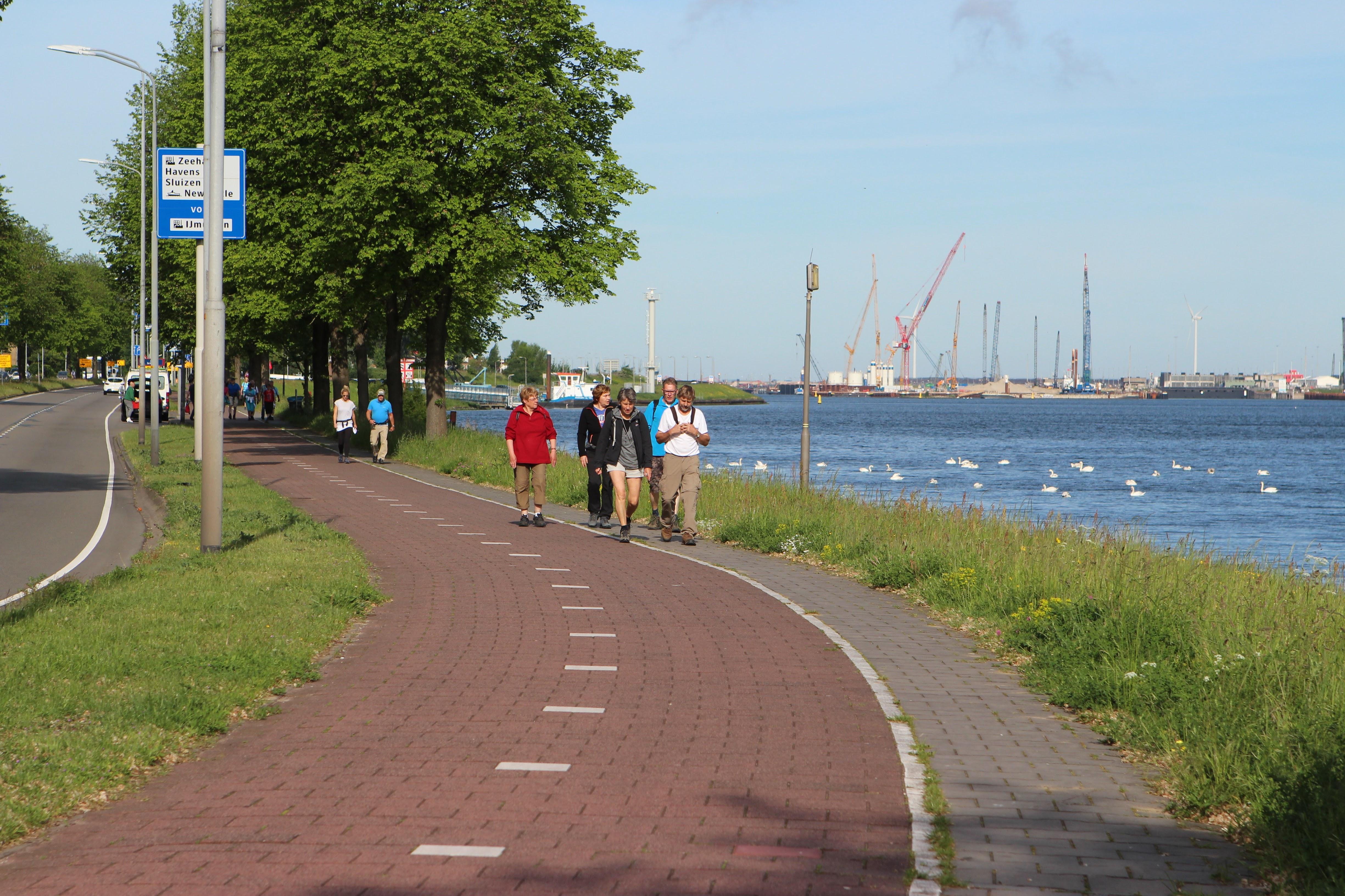 Wandelaars wandelen langs het Noordzeekanaal