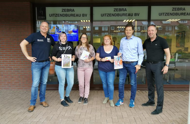 Dochter Laura en Henny de Wit naast Maaike Kwant en haar man Michel te midden van Pascal Wolterman van de Vissenloop en Edwin Schilling van Zebra Uitzendbureau. Julia Schilling maakte de foto.