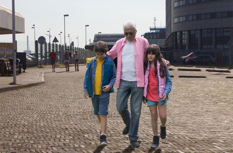 man wandelt met kinderen op de Kop van de Haven